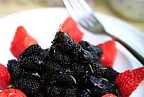 桂花蜂蜜拌草莓桑葚的做法