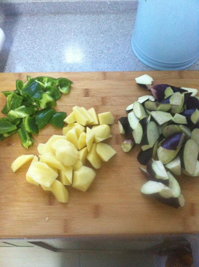 滾刀切法將茄子土豆青椒切塊