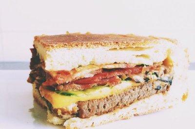 至尊芝士牛排七层三明治