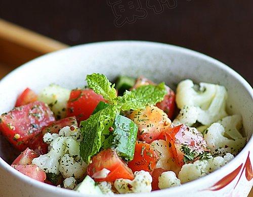 开胃消暑:番茄黄瓜色拉