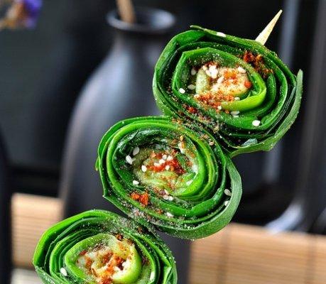 春天最水灵的养生菜--卷起来吃的烤韭菜的做法