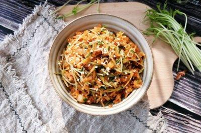 韩式泡菜炒饭-加了配菜和鱿鱼,真的很好吃!