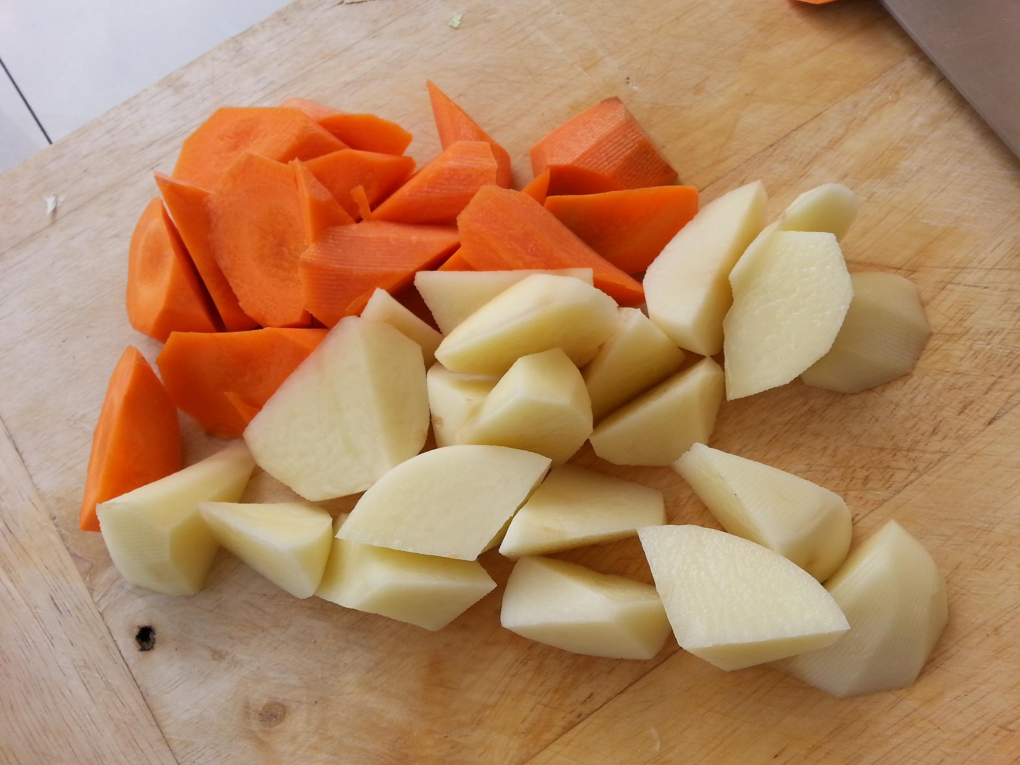 土豆,胡萝卜削皮切滚刀块.