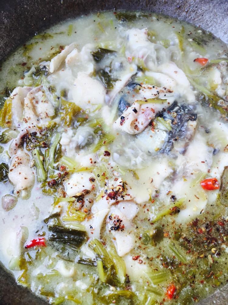 11. 将鱼头、鱼骨、鱼片、的汤汁煮成奶白色时,倒入鱼片,(少量的快速放入,不要让鱼片占到一起)放入鱼片后,不要去用锅铲动鱼片,然后大火再煮2~3分钟,关火,放入适量的鸡精调味,撒入花椒碎末、再加一些白胡椒粉(白胡椒粉多少,看个人喜好)然后就可以起锅了。