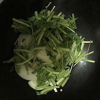 春意盎然之茼蒿炒洋葱的做法图解5