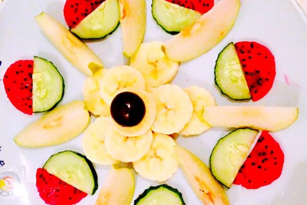 香蕉一根 葡萄一颗 小青梨两个 黄瓜一根 红心火龙果一个 水果拼盘的图片