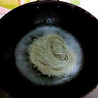 大喜大牛肉粉试用之鸡蛋炒面的做法图解1