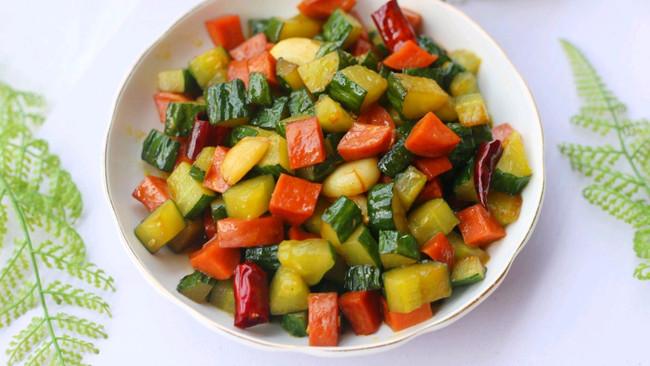 好吃到舔盘的黄瓜火腿丁的做法