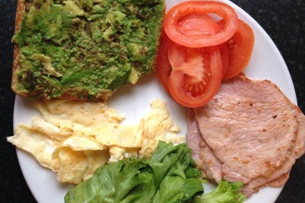 健康营养!牛油果鸡蛋培根蔬菜燕麦三明治的做法