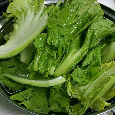 芥菜洗干净,泡盐水10-15分钟