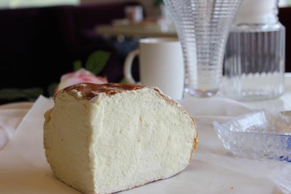 以下是本人罗里吧嗦的长文,主要有关面包制作的技巧,不喜欢可直接跳过哈~~ 1、馅料用的是奶油奶酪,即cream cheese(某宝有售),不是片状干酪或者拉丝芝士。奶油奶酪品牌不限,味道其实大同小异。 还有人喜欢马斯卡彭奶酪,这个同样可以做面包馅料家庭烘焙嘛,按照自己的喜好来就好。 另外,正宗奶酪包是面包烤好后再夹馅,不是把馅料包入生胚哈。 2、方子采用了老面发酵。 老面发酵,就是日本人所谓中种发酵。即将部分面粉和酵母、水混合充分发酵后作为酵头(面引子),然后和主面团的材料混合后发酵。 由于老面