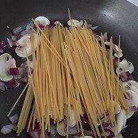 奶油蘑菇意大利面的做法图解3