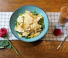 香脆玉米沙拉配苹果西柚汁的做法