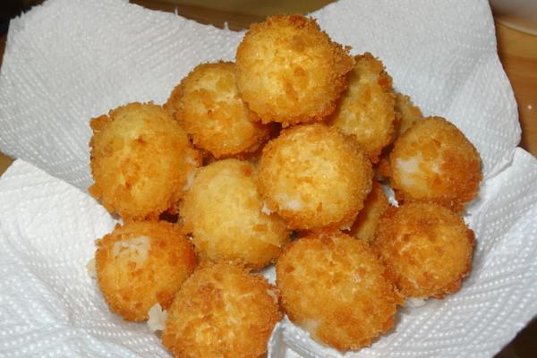辅料   精盐3克 鸡粉3克 橄榄油10克 色拉油500克 炸土豆球的做法步骤
