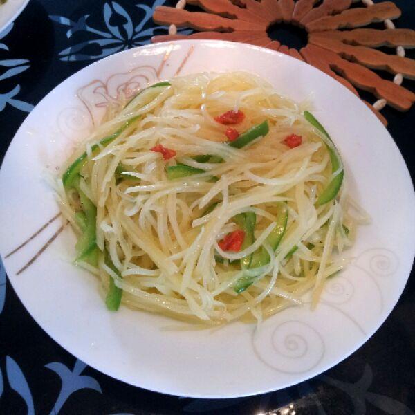 扫一扫 边看边做更方便 主料 小红椒 青椒土豆丝的做法步骤 1.