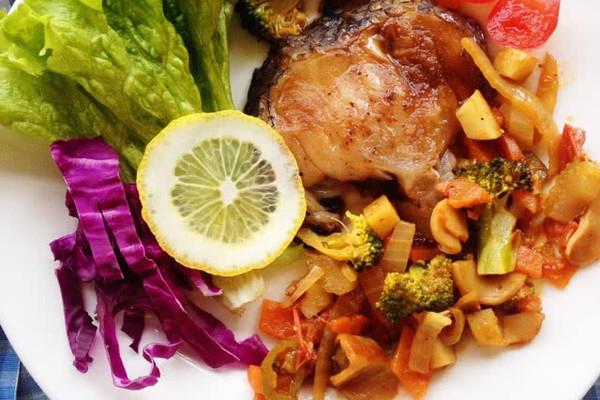 柠檬红酒烤鳕鱼 番茄烩蔬菜的做法