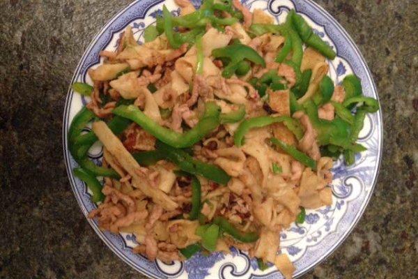 青椒肉丝炒饼的做法