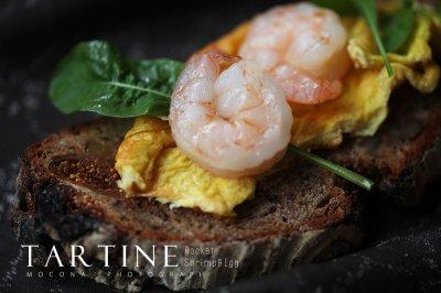 黑麦面包的正确打开方式 — 芝麻菜虾仁鸡蛋开放式三明治
