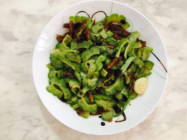家常菜之豆豉鲮鱼炒苦瓜的做法