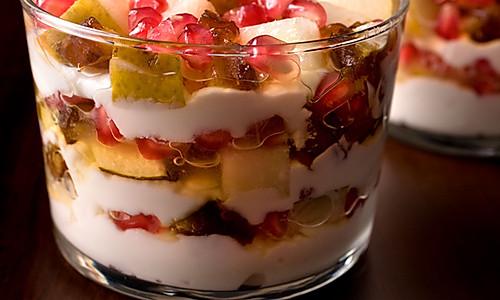 酸奶松糕配石榴梨子和海枣的做法