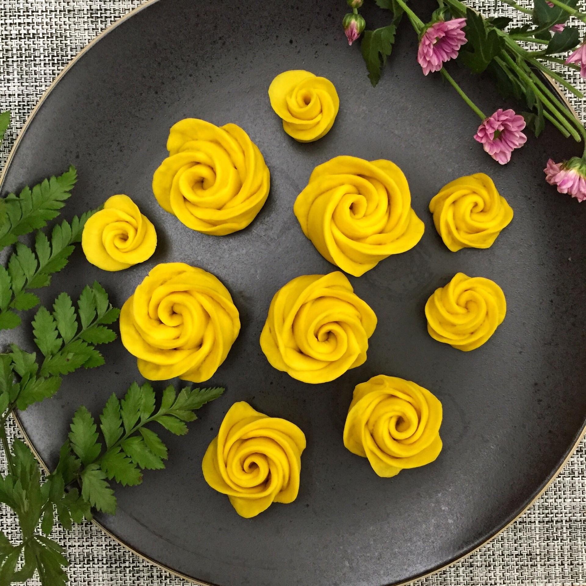 想把南瓜消耗掉~没做过面包类,看到微博有玫瑰花馒头觉得好看