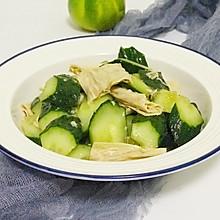 这豆制品同黄瓜拌拌,做成一道下酒小凉菜,清淡利口,待客倍有面