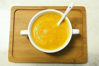 美味健康低脂的南瓜牛奶浓汤