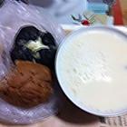 热豆浆陪墨鱼面包和杂粮餐包