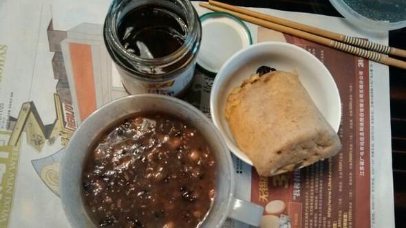 薏仁红豆花生粥,黑米糕,什锦菜