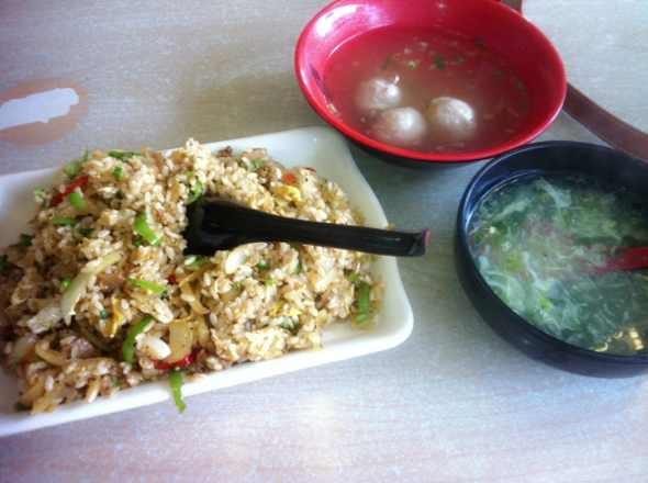 黑椒牛肉炒饭。贡丸汤