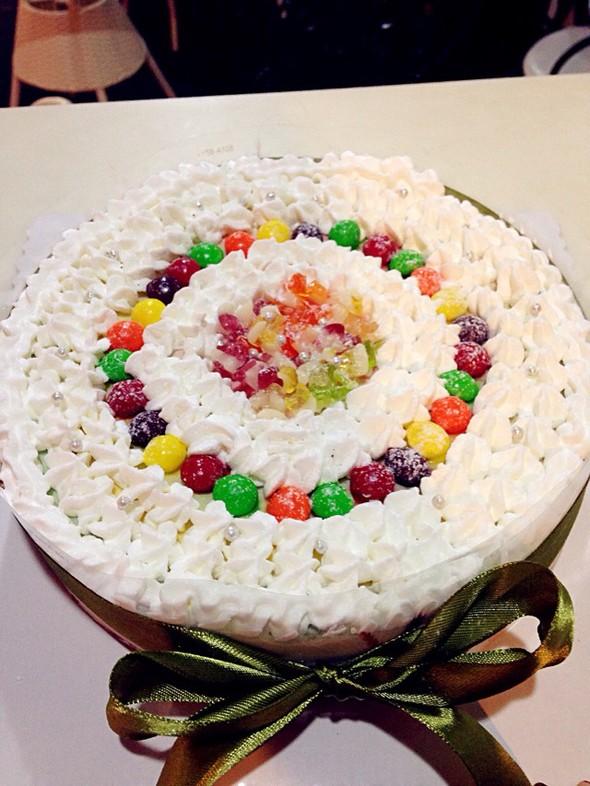 不够大气的彩虹蛋糕,时间太紧凑了,要不可以做的更完美一点.图片