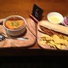 洋葱汤和烤猪肉夹面包