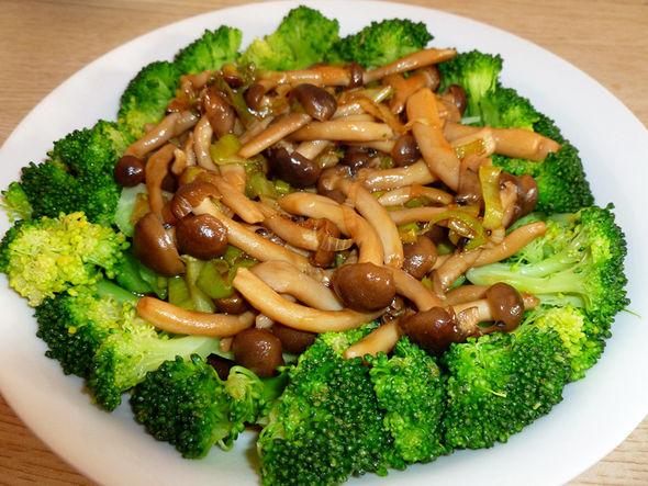 炒蘑菇配西兰花