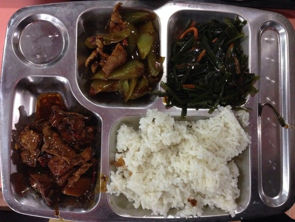 食堂午餐:我点的小炒,一共24元