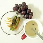 早餐(水煮蛋沙拉+枸杞淮山薏仁饮+葡萄)