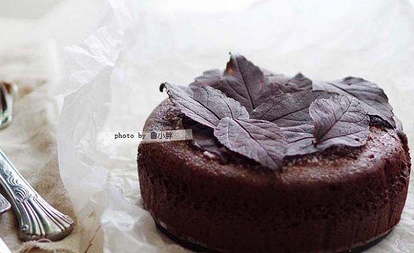这款蛋糕我已经做了无数次啦,每次我都能干掉半个6寸的,什么减肥热量全忘了,是因为它太太太太好吃了,每一口都像在吃生巧克力,丝滑浓郁,好吃得让人想尖叫!!!我号称它是我做过的很多巧克力蛋糕里面的最爱,没有之一! 这次烤来是拿来送人的,我做了巧克力落叶做了装饰,又捏了一对可爱的小免子摆在上面送给这对甜蜜的情侣,当然,光是用上面的巧克力落叶装饰已经够美的啦。 方子来自小嶋RUMI的蒸烤古典巧克力,方子中特别强调了温度,蛋黄打发的温度,巧克力溶化的温度、淡奶油加热的温度,这么严谨的过程,用她的方子烤出来的蛋糕想不