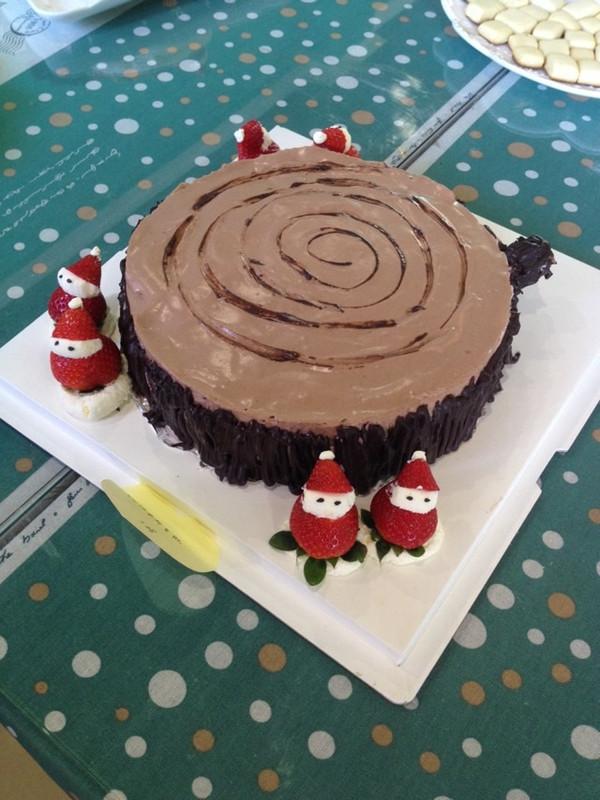 树桩蛋糕是草莓慕斯和巧克力慕斯双层慕斯,旁边装饰上草莓圣诞老人!