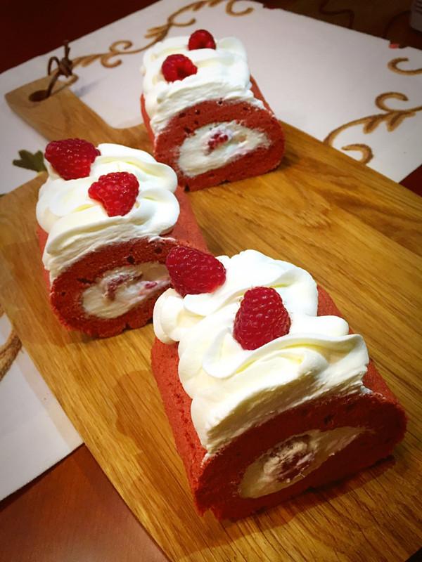红色斑点的小蘑菇的树莓蛋糕卷做法的学习成果照