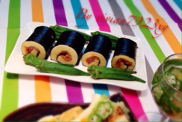 一份迷你三明治(卷心菜,煎三文鱼,秋葵,千岛酱);一份寿司蛋糕卷(鸡蛋