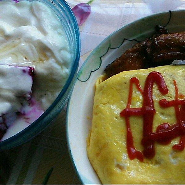 烤鸭蛋包饭+烤排骨+火龙果蜂蜜酸奶的做法