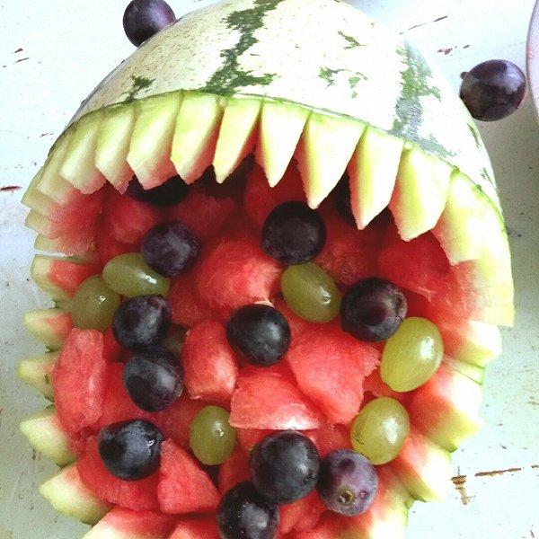 大鲨鱼水果拼盘的步骤