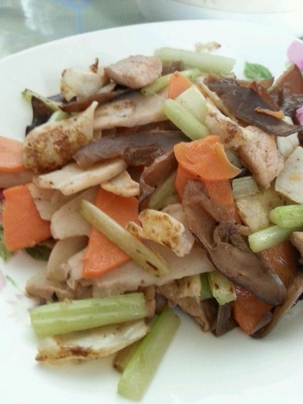 木耳芹菜炒百合的做法