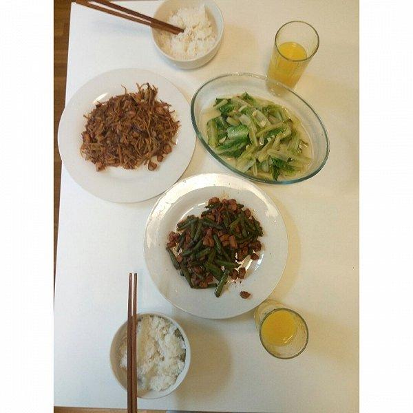 腐国生存记的盆友为我做了一顿晚饭丰盛的美食课题春节的美味关于小图片