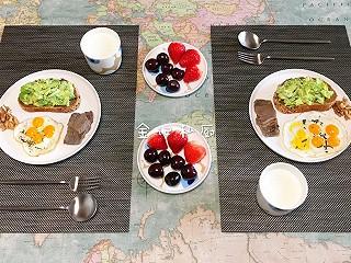 脂粉坊的#金记私厨# 今日早餐:牛油果啤酒面包、煎鹌鹑蛋、卤驴肉、水