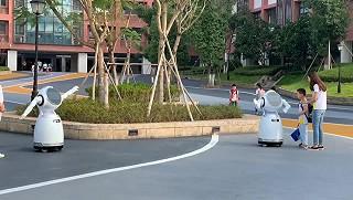文龙妈的开学第一天,迎接小朋友的除校长外还有机器人