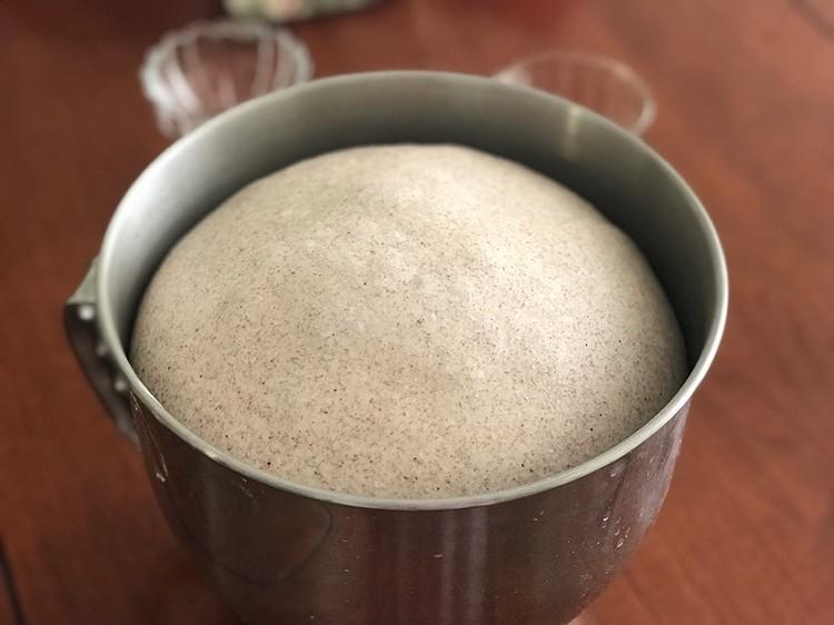 低油低糖的配方加上使用了褐麦粉代替高筋粉的确让这款面包健康不少图6