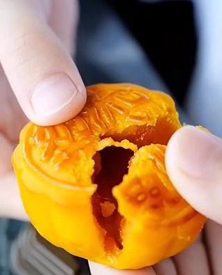 ZJX_Shirley的奶黄流心月饼~比难买的美心月饼好吃太多~
