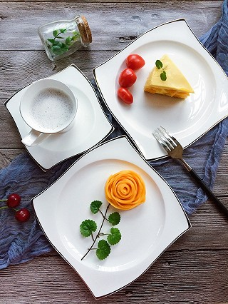 一诺食光的细腻的芒果慕斯配上一朵芒果花,愉快的下午茶!