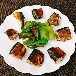 念念和小小的今日主菜:酱烤秋刀鱼