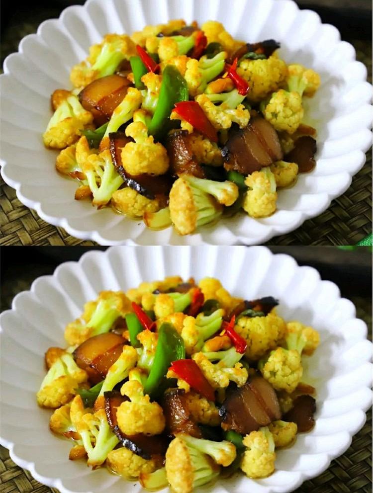 干锅花菜材料:花菜1棵,腊肉1小块,青椒2个,小米椒1个,大蒜2瓣,盐适量,生抽1勺,糖适量,油适量做法:、准备好材料,花菜1棵,腊肉1小块,青椒2个,小米椒1个,大蒜2瓣。腊肉清洗干净切成薄片,腊肉可以换成新鲜的五花肉。花菜掰成小朵,清洗干净后放在淡盐水中漫泡下,倒去水后把少许盐撒在花菜的表面,腌10分钟,这样做,可以使花菜脱去水分,再下锅,不但能快速炒熟还能保持花菜清脆的口感。青椒和小米椒分別图2